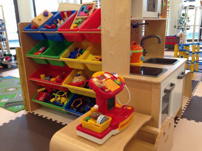 マグフォーマーやレゴ等、じっくり遊べるおもちゃや、おままごと道具などあります