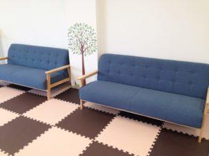 座り心地のモフっとしたソファー。背もたれの角度が個人的に好き。