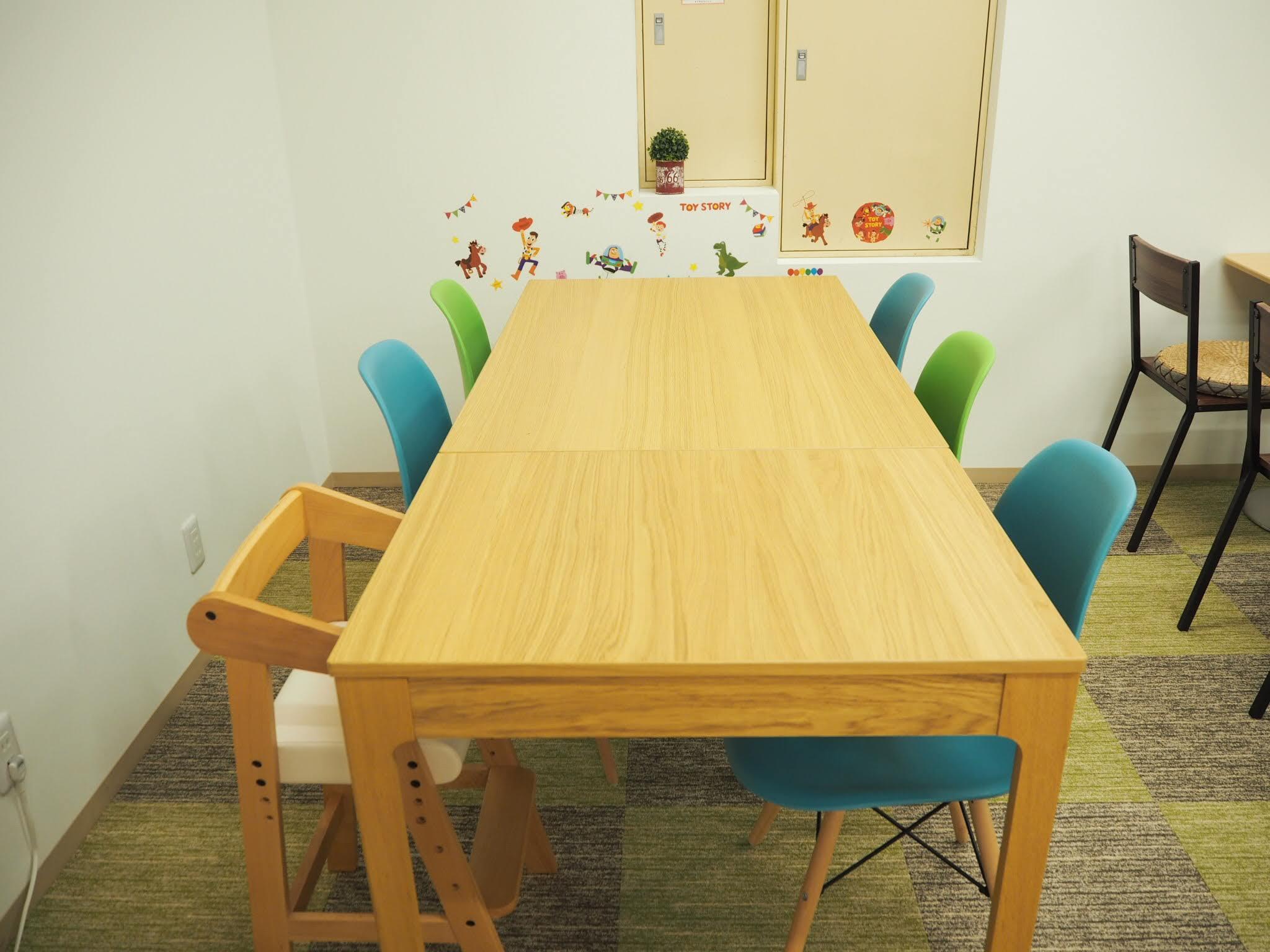 ワークスペースの6人掛けテーブル