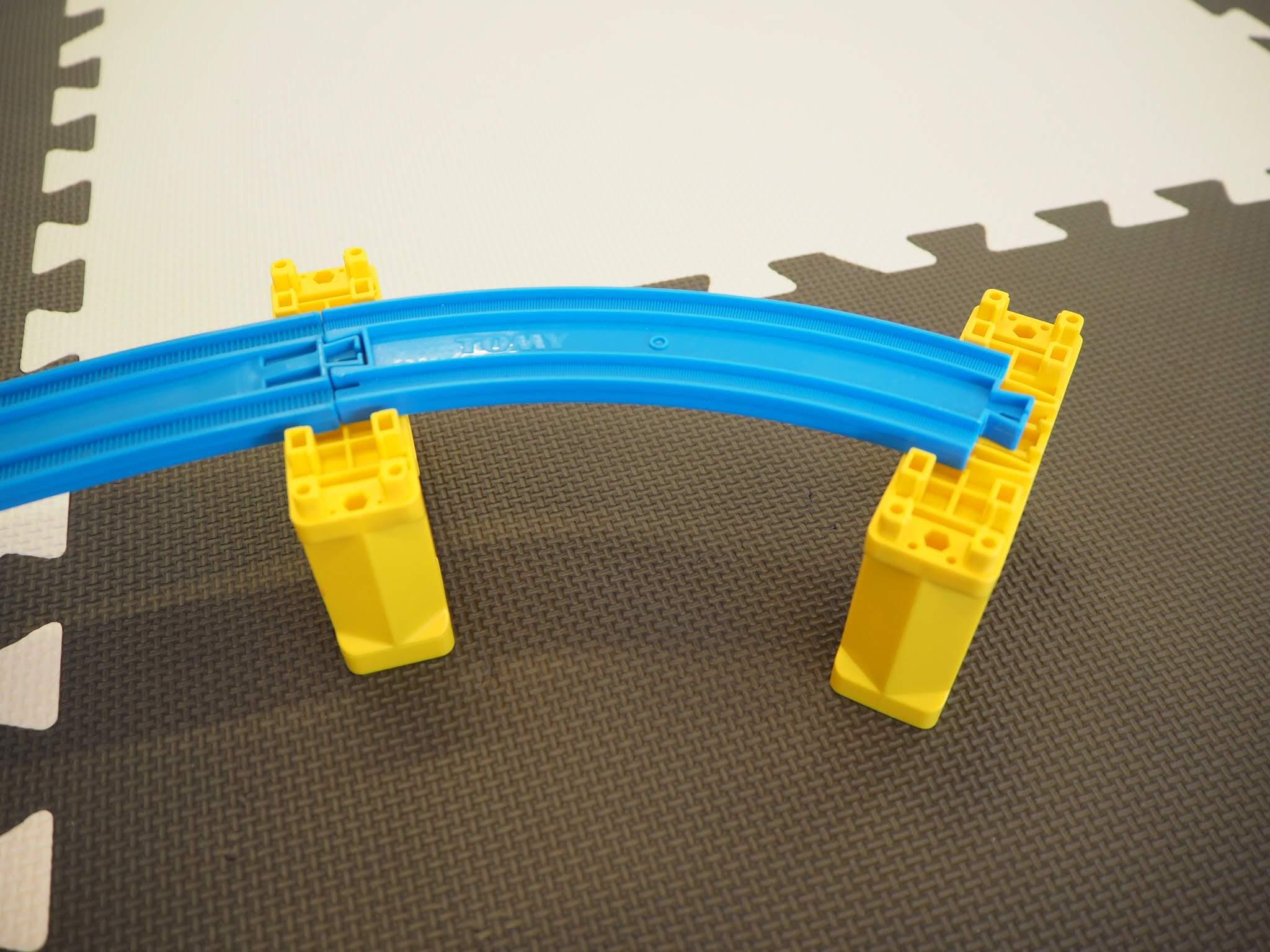 レールとレールを橋脚で支える